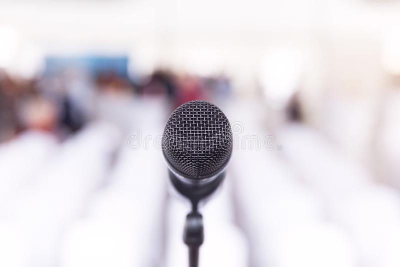 Микрофон в фокусе, конференц-зале без аудитории на заднем плане стоковое фото rf