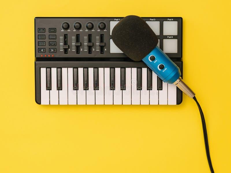 Микрофон для смесителя музыки на желтой предпосылке Концепция организации рабочего места стоковые фотографии rf