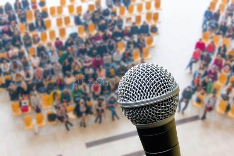 Микрофон и взгляд сверху предпосылки нерезкости конференц-зала, дела стоковые изображения