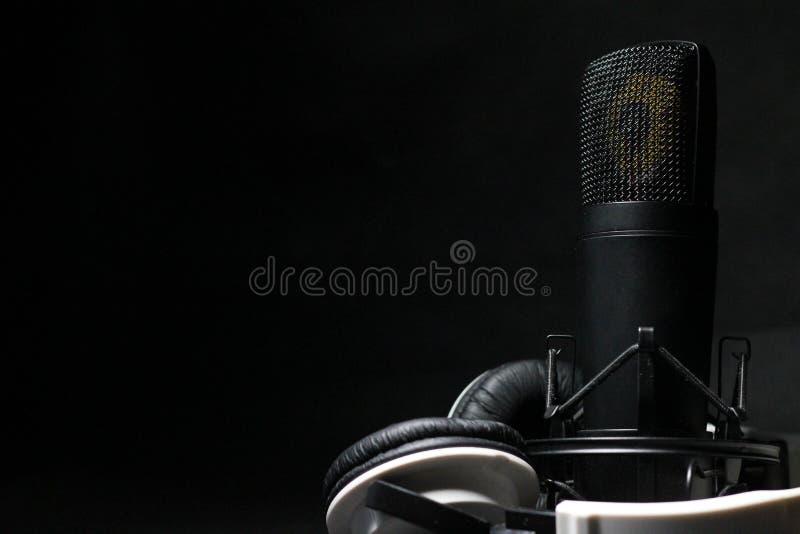 Микрофон и наушники стоковое изображение