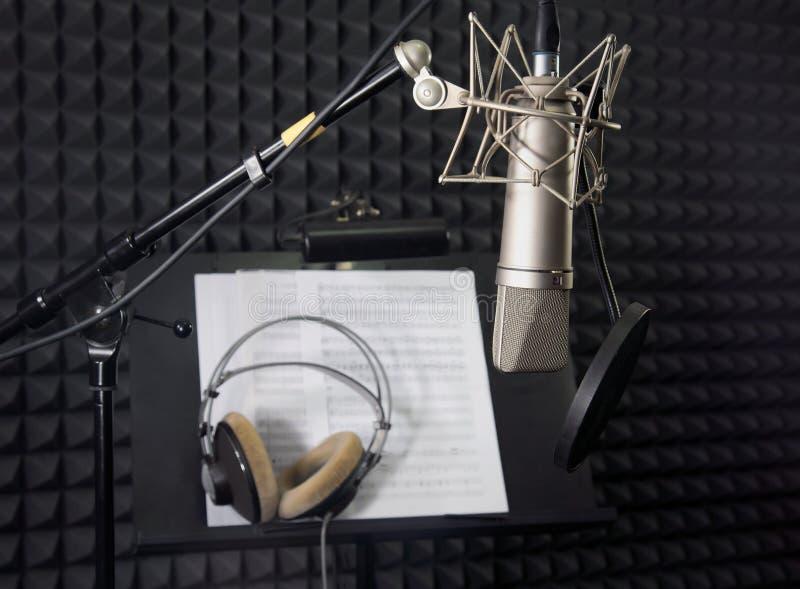 Микрофон конденсатора в комнате записи стоковые изображения