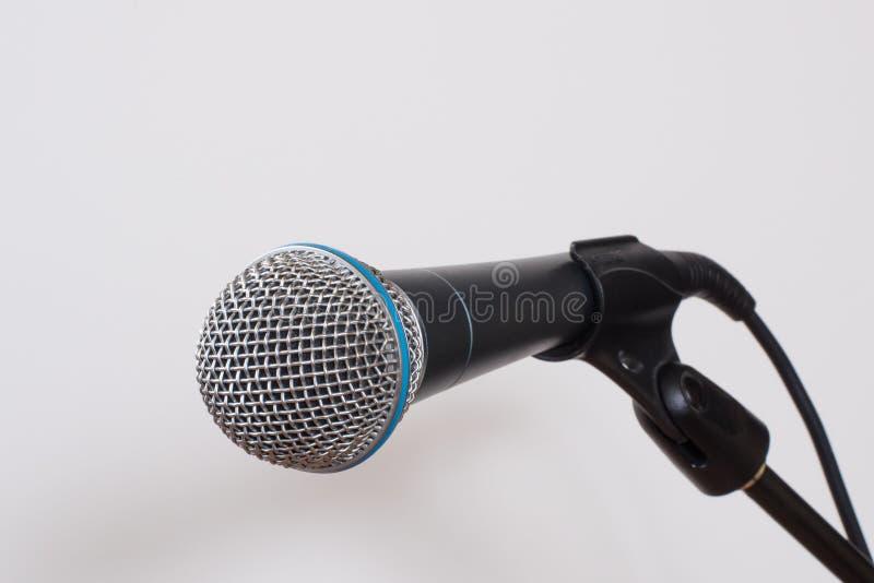Микрофон на белизне стоковая фотография rf