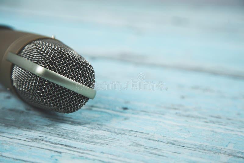 Микрофон на голубой предпосылке стоковые изображения rf