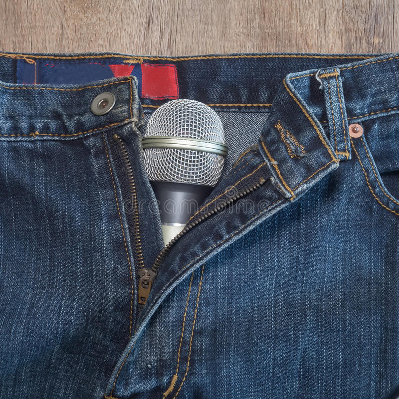 Микрофон на джинсах стоковое фото
