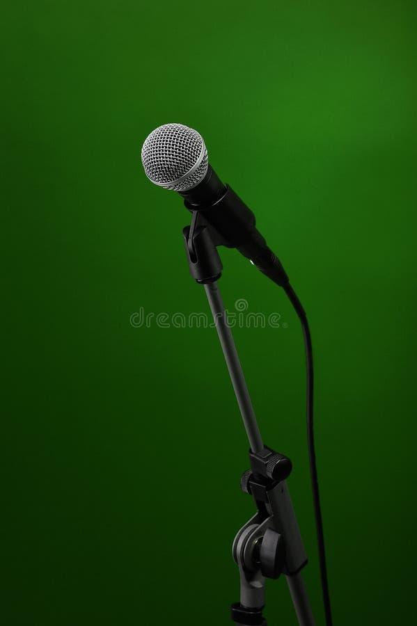 Микрофон на зеленом цвете стоковые изображения rf