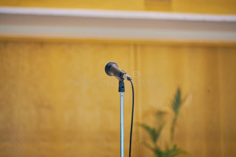 Микрофон на переднем плане с нейтральной предпосылкой Сфотографированный в современной церков, предпосылка события стоковая фотография rf