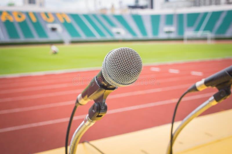 Микрофон на поле спорта стороны таблицы в стадионе стоковые изображения rf