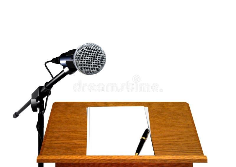 Микрофон на подиуме с чистым листом бумаги и ручкой стоковые фотографии rf