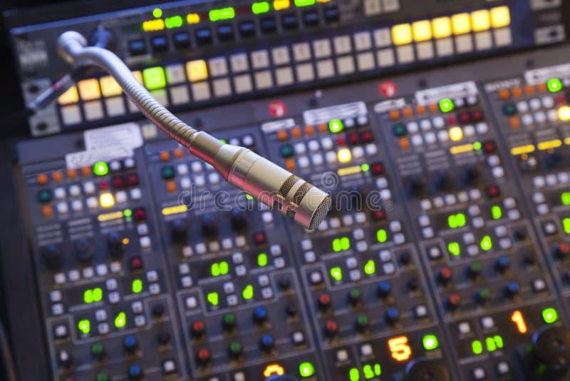 Микрофон на пульте управления стоковые фото