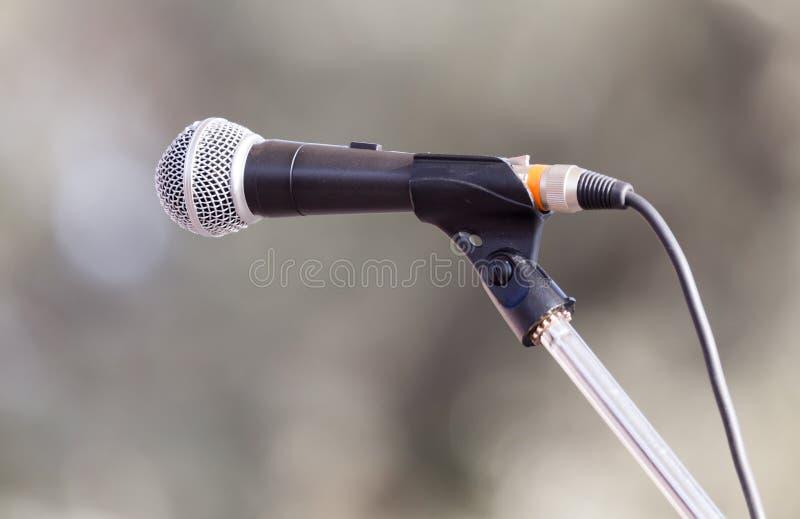 Микрофон на стойке на природе стоковая фотография