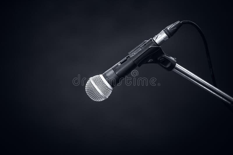 Микрофон на темноте - сером цвете стоковые фото