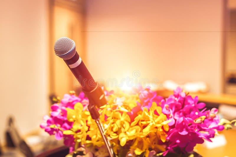 Микрофон на этапе в комнате и цветках стоковая фотография