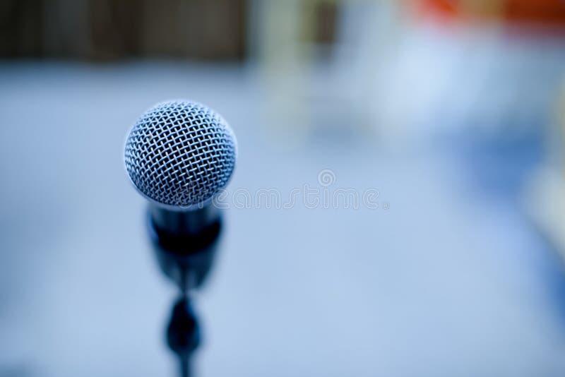 Микрофон на этапе, дикторе, стоковая фотография