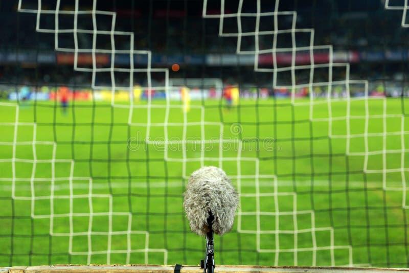 Микрофон профессионального спорта на футбольном поле стоковые фотографии rf