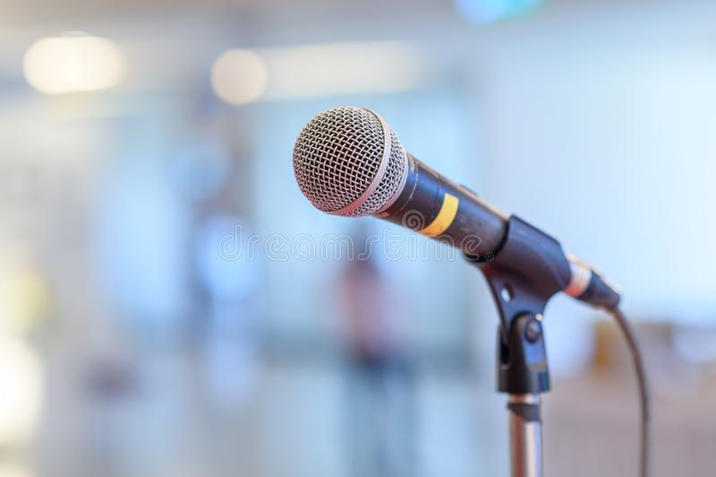 Микрофон связи на этапе против предпосылки этапа концерта аудитории стоковое изображение rf