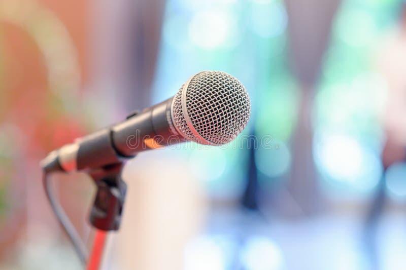 Микрофон связи на этапе против предпосылки этапа концерта аудитории стоковая фотография