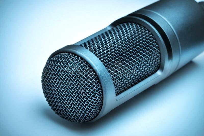 микрофон сини предпосылки стоковая фотография rf