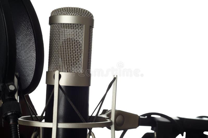 Микрофон студии с концом-вверх фильтра шипучки изолировано стоковые изображения