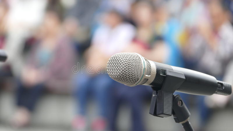 Микрофон с предпосылкой представления природы стоковые фотографии rf