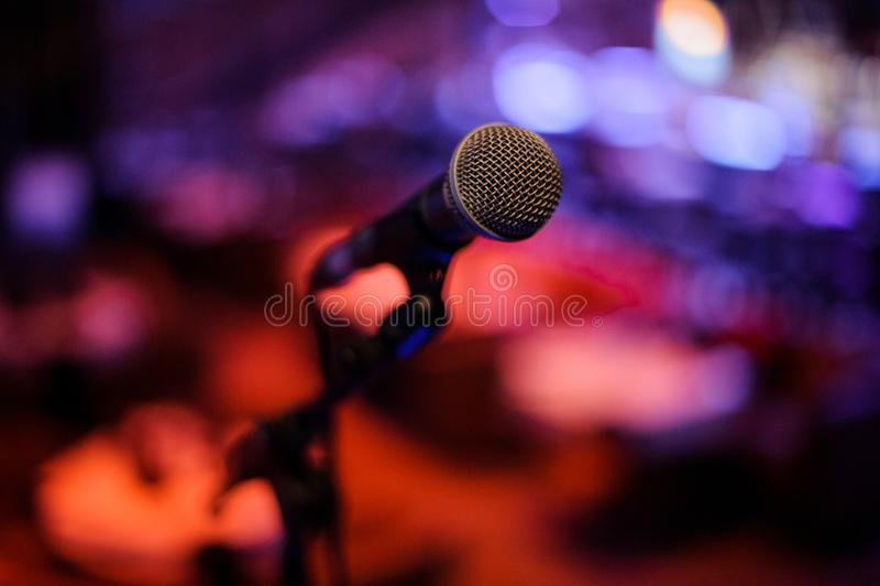 Микрофон с телом металла в держателе на запачканной предпосылке стоковые изображения rf