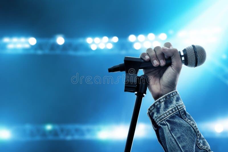 Микрофон удерживания руки на этапе стоковые изображения