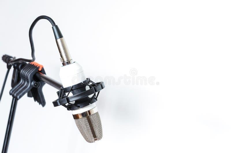 Микрофон установленный на шкаф на белой предпосылке стоковое изображение rf