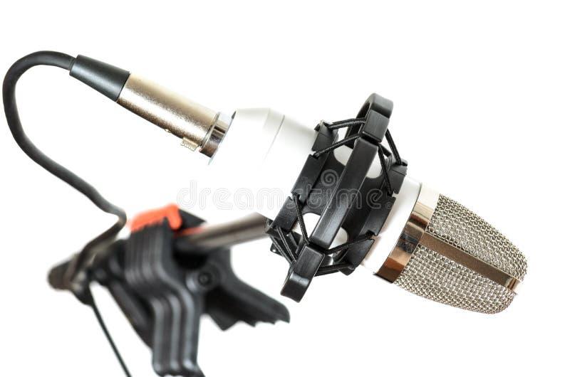 Микрофон установленный на шкаф на белой предпосылке стоковая фотография rf