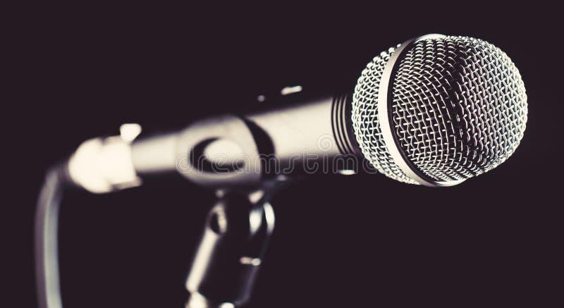 Микрофон, mic, караоке, концерт, музыка голоса Вокальный аудио mic на предпосылке bleck Певица в караоке, микрофоны стоковая фотография rf