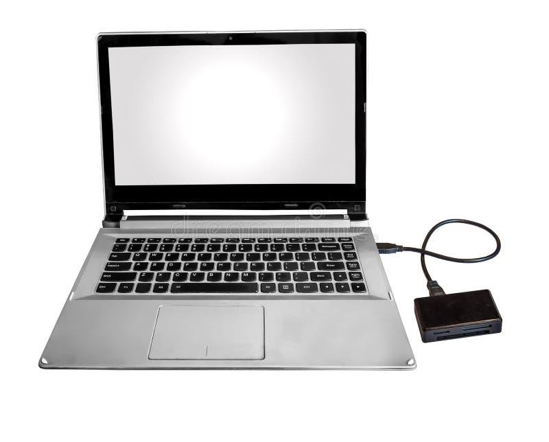 Микро- читатель SD и флэш-карты соединился с ПК компьтер-книжки через хорду данных изолированную в белизне стоковые изображения rf