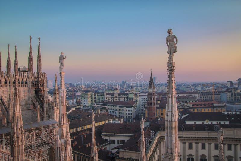 Милан вечера, взгляд города от террасы Duomo стоковое изображение