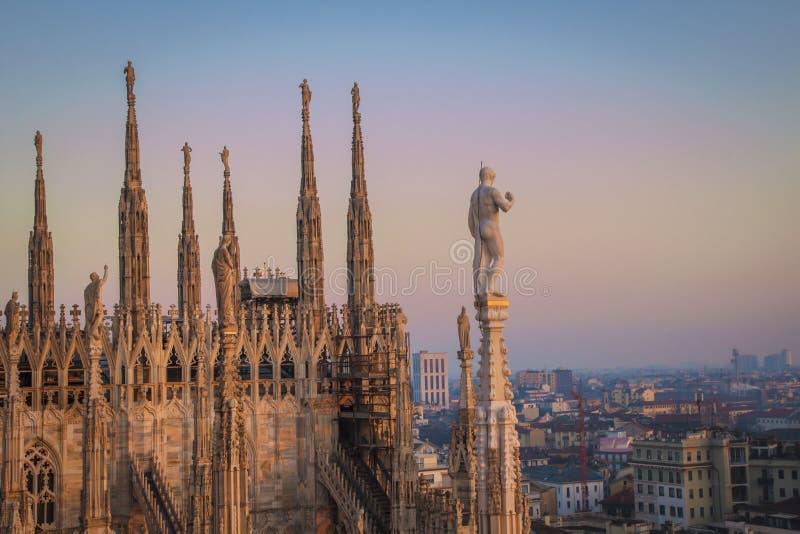 Милан вечера, взгляд города от террасы Duomo стоковое фото