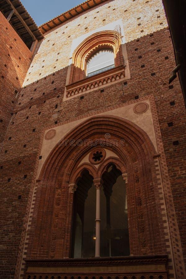 Милан, Италия, Европа, замок Sforza, Castello Sforzesco, музей, двор, della Фонтана Cortile, суд, фонтан, кирпичи стоковые фотографии rf