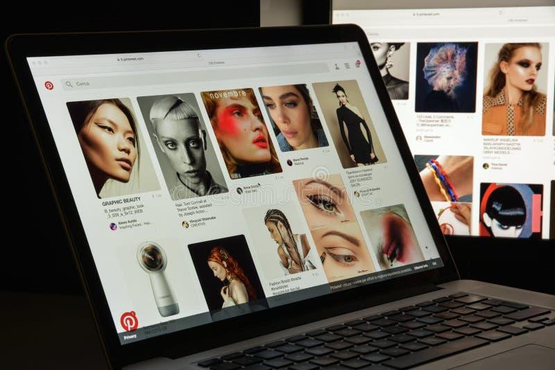 Милан, Италия - 10-ое августа 2017: Домашняя страница вебсайта Pinterest Логотип Pinterest видимый стоковая фотография