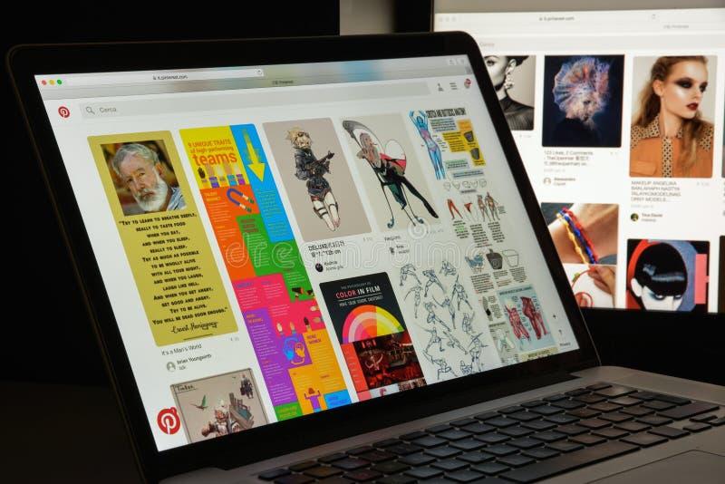 Милан, Италия - 10-ое августа 2017: Домашняя страница вебсайта Pinterest Логотип Pinterest видимый стоковое фото rf