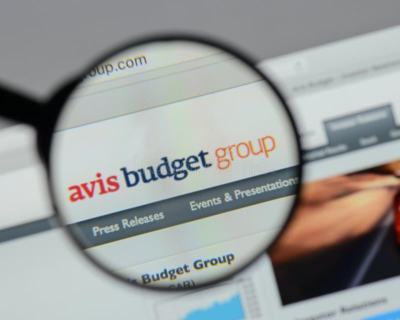 Милан, Италия - 10-ое августа 2017: Логотип группы бюджета Avis на мы стоковое изображение rf