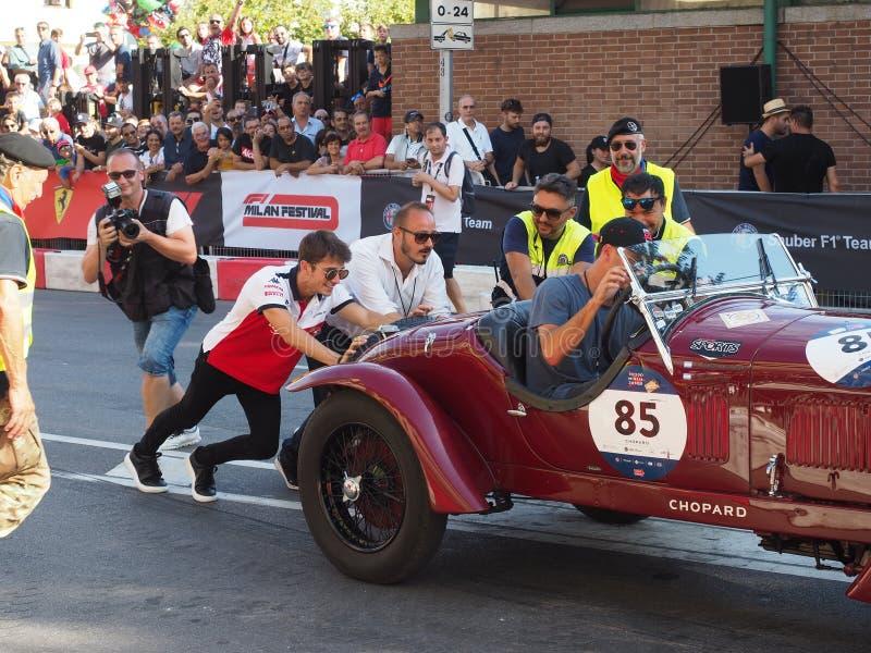 Милан, Италия - 29-ое августа 2018: Порция Чарльза Leclerc для того чтобы двинуть автомобиль после отказа старта стоковое фото