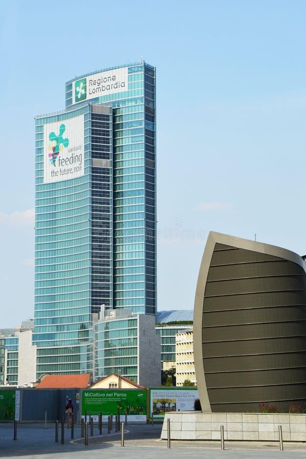 МИЛАН, ИТАЛИЯ - 19-ОЕ ИЮЛЯ 2017: Ломбардия строя Palazzo Lombardia новые штабы регионального правительства от Gael Aulen стоковая фотография rf