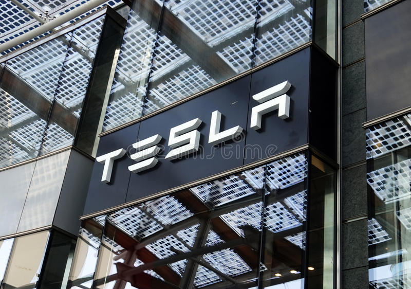 МИЛАН, ИТАЛИЯ - 19-ОЕ ИЮЛЯ 2017: Магазин моторов Tesla в квадрате Gael Aulenti аркады в милане, Италии стоковые изображения