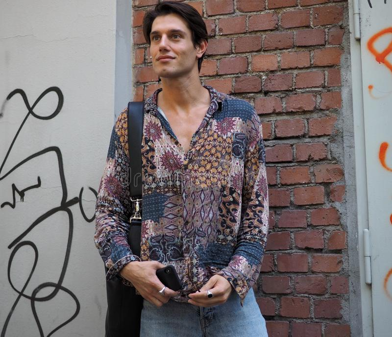 МИЛАН, ИТАЛИЯ - 18-ОЕ ИЮНЯ 2018: Модный человек представляя в улице перед модным парадом FENDI стоковое фото rf