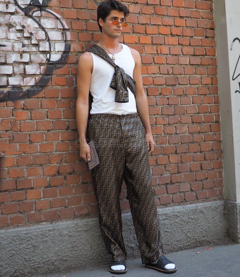 МИЛАН, ИТАЛИЯ - 18-ОЕ ИЮНЯ 2018: Модный человек представляя для фотографов в улице перед модным парадом FENDI, стоковые фотографии rf