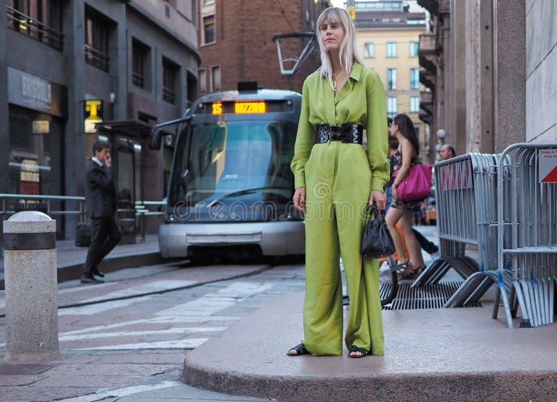 МИЛАН, ИТАЛИЯ - 15-ОЕ ИЮНЯ 2018: Tol Линды представляя для фотографов в улице после модного парада АЛЬБЕРТЫ FERRETTI стоковое изображение