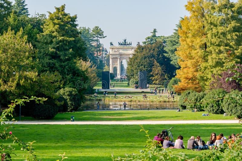 Милан, Италия - 19-ое октября 2015: Парк Sempione стоковое фото rf