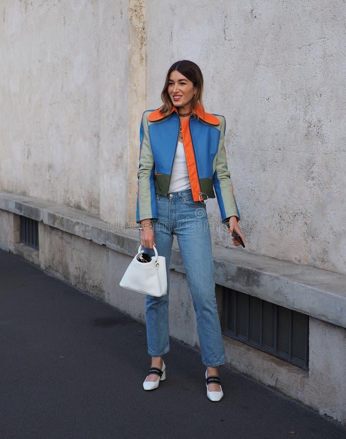МИЛАН, Италия 20-ОЕ СЕНТЯБРЯ: Фотографы обмундирования стиля улицы женщины стоковое изображение rf