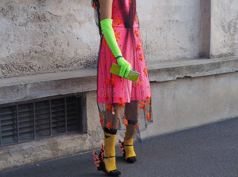 МИЛАН, Италия 20-ОЕ СЕНТЯБРЯ: Фотографы обмундирования стиля улицы женщины стоковая фотография