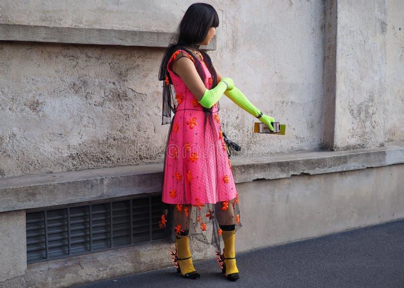 МИЛАН, Италия 20-ОЕ СЕНТЯБРЯ: Фотографы обмундирования стиля улицы женщины стоковое фото rf
