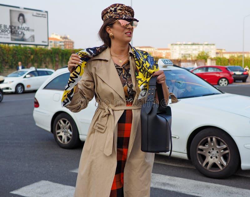 МИЛАН, Италия 20-ОЕ СЕНТЯБРЯ: Фотографы обмундирования стиля улицы женщины стоковая фотография rf