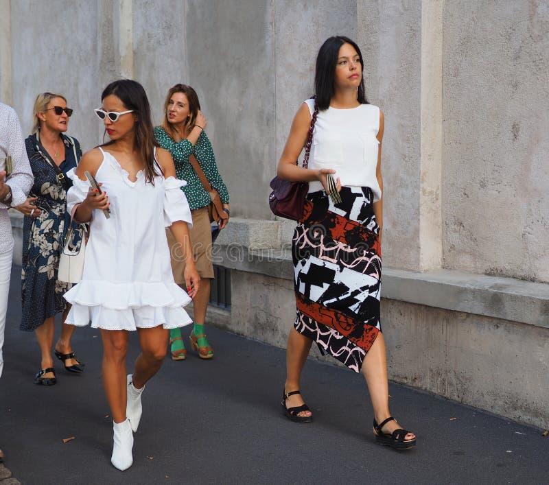 МИЛАН, Италия 20-ОЕ СЕНТЯБРЯ: Фотографы обмундирования стиля улицы женщин стоковое изображение rf