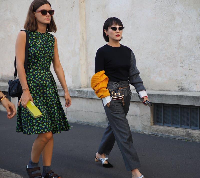 МИЛАН, Италия 20-ОЕ СЕНТЯБРЯ: Фотографы обмундирования стиля улицы женщин стоковые изображения rf
