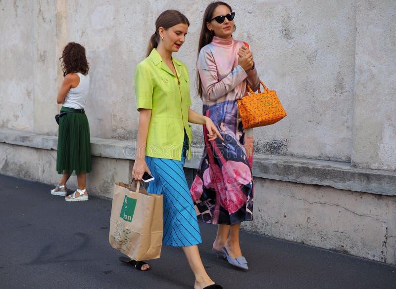 МИЛАН, Италия 20-ОЕ СЕНТЯБРЯ: Фотографы обмундирования стиля улицы женщин стоковые фотографии rf