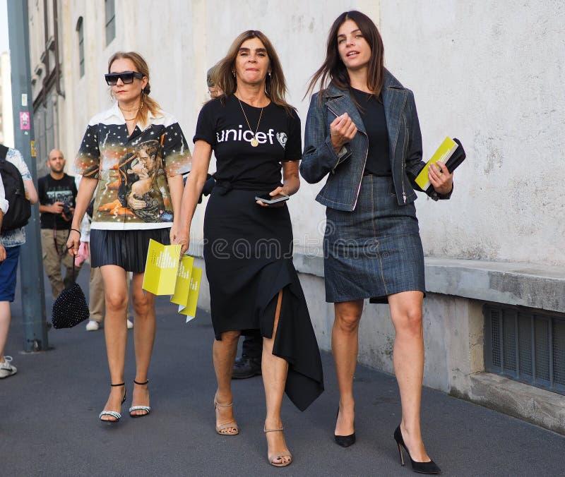 МИЛАН, Италия 20-ОЕ СЕНТЯБРЯ: Фотографы обмундирования стиля улицы женщин стоковое фото rf